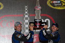 Victory lane: racewinnaar Jimmie Johnson viert het resultaat met crew chief Chad Knaus