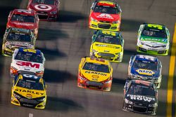 Marcos Ambrose, Richard Petty Motorsports Ford e Kurt Busch, Furniture Row Racing Chevrolet lidera g