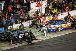 Greg Biffle, Roush Fenway Racing Ford et Joe Nemechek, NEMCO Motorsports Toyota