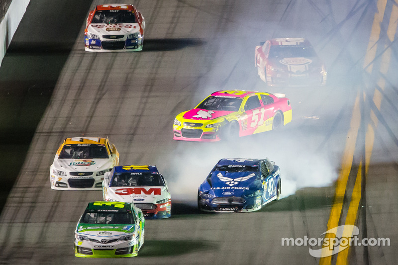 A.J. Allmendinger, Phoenix Racing Chevrolet en Aric Almirola, Richard Petty Motorsports Ford crash