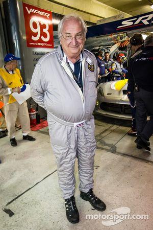 Norbert Singer (Porsche Racing) observe la SRT Motorsports Viper SRT GTS-R