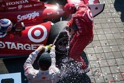 Scott Dixon, Target Chip Ganassi Racing Honda, Sebastien Bourdais, Dragon Racing Chevrolet celebrate