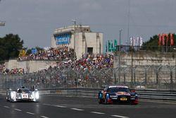 Tom Kristensen pilotea el auto ganador de Le Mans, el Audi R18 junto al Audi A5 DTM de Mattias Ekstr