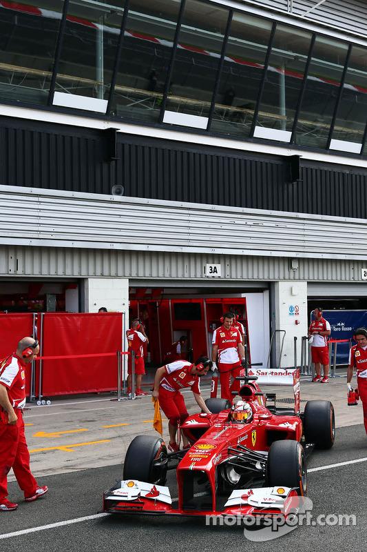 Davide Rigon, piloto de testes da Ferrari F2012, deixa os boxes