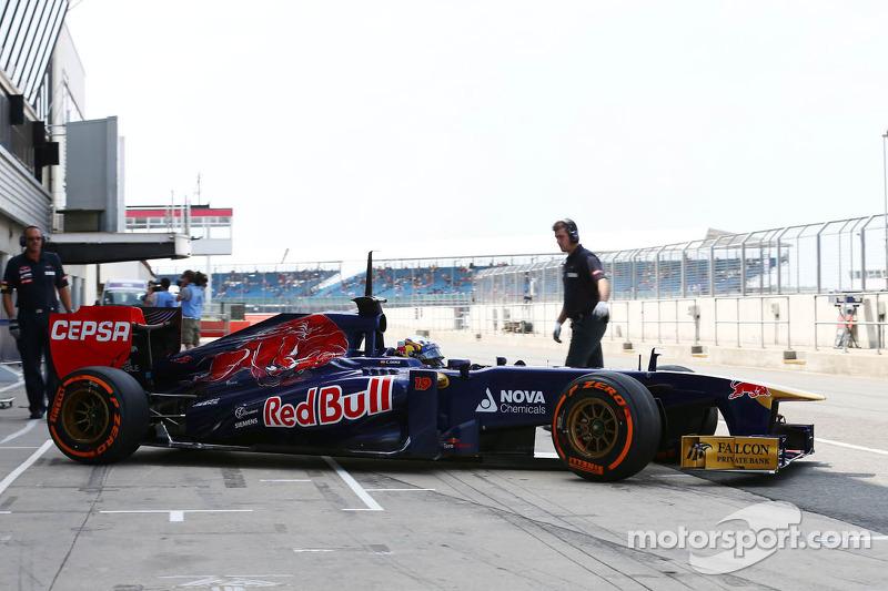 Carlos Sainz Jr., Scuderia Toro Rosso STR8 piloto de prueba abandona los pits