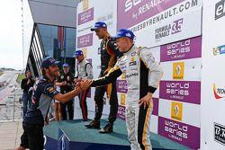 Podium: Jean-Eric Vergne met winnaar Marco Sorensen, 2e plaats Nigel Melker, 3e plaats Kevin Magnuss