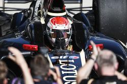 Racewinnaar Marco Sorensen viert het resultaat