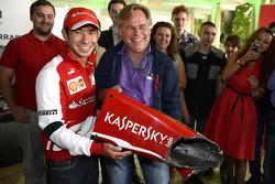 Kamui Kobayashi le enseña a Eugene Kaserspky un pedazo de su destrozado F2 Ferrari