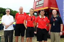John Booth, Director de equipo del equipo Marussia F1; Max Chilton, Marussia F1 Team; y Graeme Lowdo