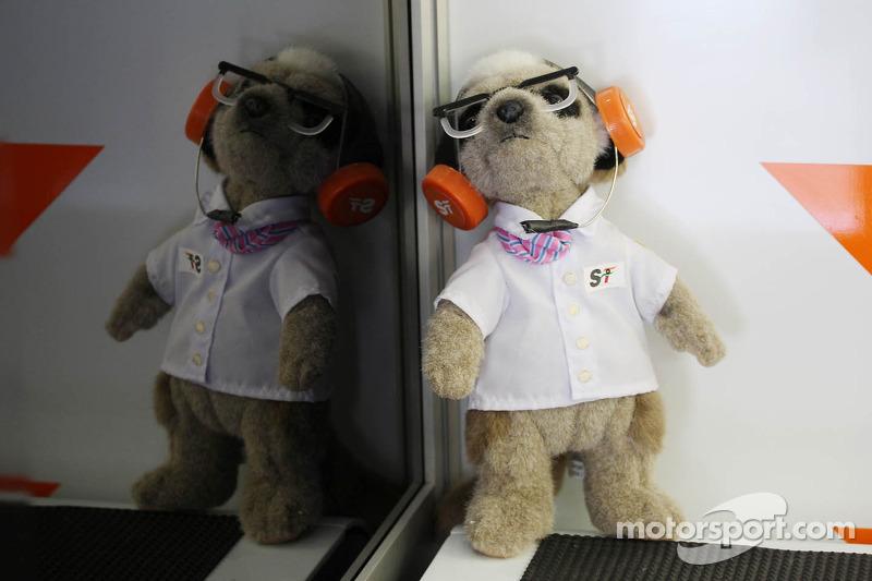 Een Sahara Force India F1 Team-mascotte in de pits