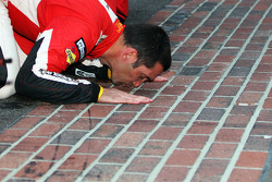 Vencedor da GT Max Papis beija o quintal de tijolos