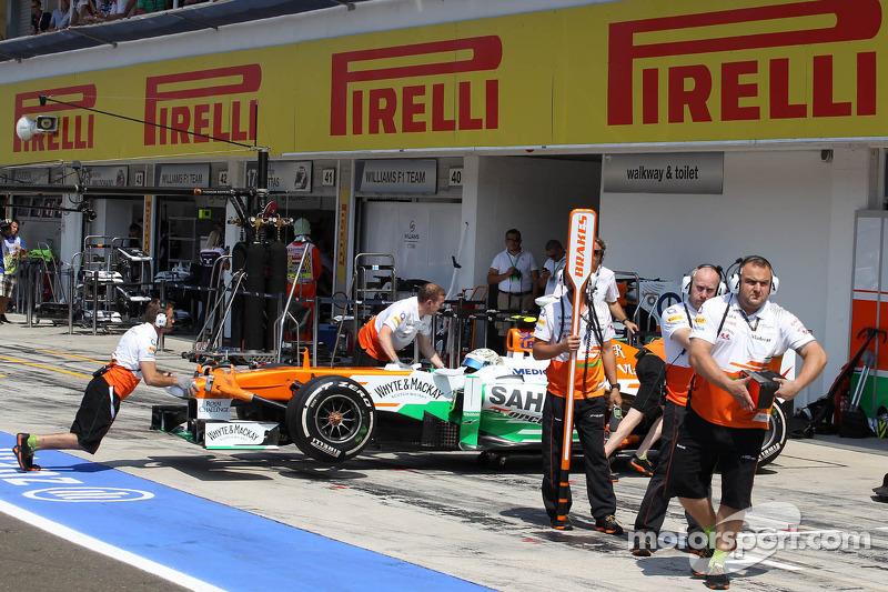 Adrian Sutil, Sahara Force India VJM06 wordt de pitbox ingeduwd