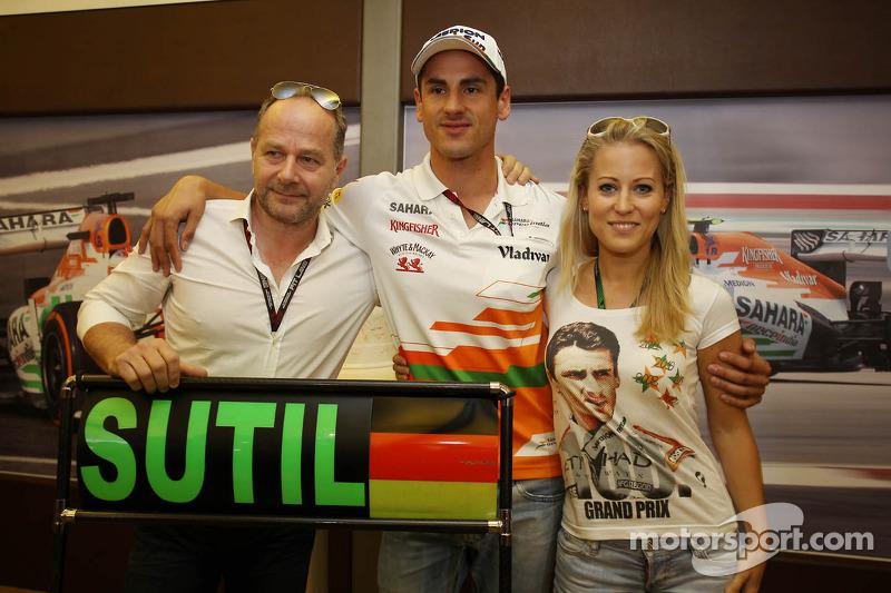 Adrian Sutil, Sahara Force India F1 viert zijn 100e GP met vriendin Jennifer Becks en manager Manfre
