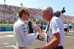 Max Chilton, Marussia F1 Team con John Booth, jefe de equipo de equipo Marussia F1 en la parrilla