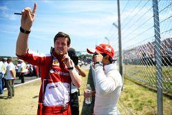 Felipe Massa, Ferrari, com Rob Smedley, engenheiro de corrida da Ferrari, no grid