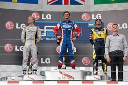 O vencedor Jolyon Palmer, segundo colocado Marcus Ericsson, terceiro colocado Felipe Nasr