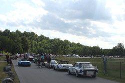 Racewagens stellen op voor de parade door Elkhart Lake.