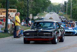 De racewagens paraderen door Elkhart Lake: