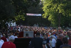 streets de Elkhart Lake were packed com fãs no Friday concours.