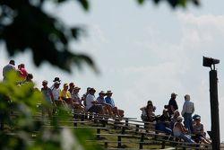 Fans kijken naar bochten 6, 7 en 8 op de heuvel