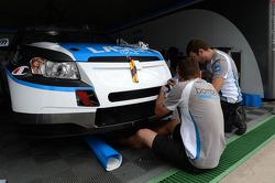 Mechanics work on the car of Alex MacDowall, Chevrolet Cruze 1.6T, bamboo-engineering