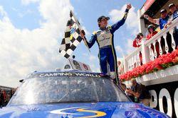 Racewinnaar Ryan Blaney viert het resultaat