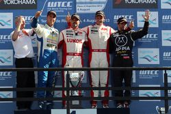 1e plaats Yvan Muller, Chevrolet Cruze 1.6T, RML , 2e plaats voor Pepe Oriola, SEAT Leon WTCC, Tuent
