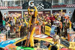 Victory Lane: Sieger Kyle Busch, Joe Gibbs Racing, Toyota, feiert
