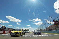 Polesitter Marcos Ambrose e Clint Bowyer follow the Safety car durante voltas de aquecimento