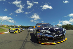 Polesitter Marcos Ambrose e Clint Bowyer follow the Safety car durante voltas de aquecimento