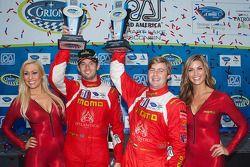 GTC podio: terceira posição Sean Edwards, Henrique Cisneros com as amaveis garotas MOMO