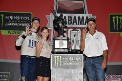 1. Brad Keselowski, Team Penske Ford, mit Ehefrau Paige und Vater Bob