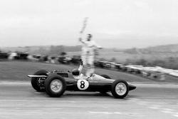 Jim Clark, Lotus 25 Climax over de finish