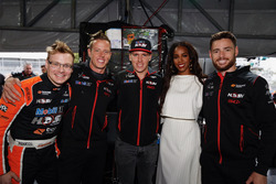 L'ancienne chanteuse des Destiny's Child Kelly Rowland rencontre le Walkinshaw Racing