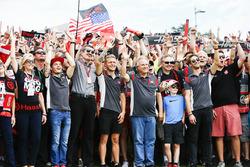 Guenther Steiner, jefe de equipo, Haas F1 Team, Kevin Magnussen, Haas F1 Team, Gene Haas, propietario del equipo, Haas F1 Team, Romain Grosjean, Haas F1 Team, con fans