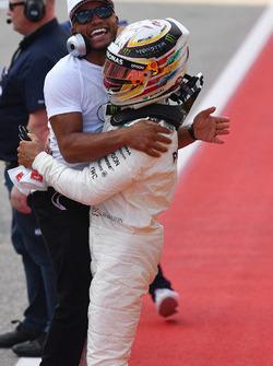 Polesitter Lewis Hamilton, Mercedes AMG F1 celebrates with brother Nicolas Hamilton