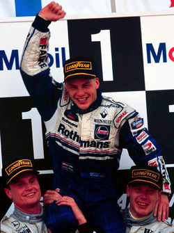 Podium: 1. Mika Häkkinen, McLaren; 2. David Coulthard, McLaren; 3. und Weltmeister Jacques Villeneuve, Williams