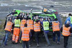 Маршалы ставят разбитый Ford Fiesta RS WRC Язида Аль-Раджи на колеса
