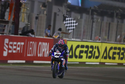 Checkered flag for Alex Lowes, Pata Yamaha