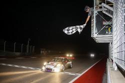 Bandera a cuadros para #911 Herberth Motorsport, Porsche 991 GT3 R: Daniel Allemann, Ralf Bohn, Robert Renauer, Alfred Renauer