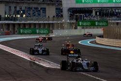 Льюіс Хемілтон, Mercedes F1 W07 Hybrid, Ніко Росберг, Mercedes F1 W07 Hybrid, та Макс Ферстаппен, Red Bull Racing RB12