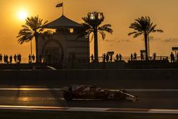 Kimi Raikkonen, Ferrari SF70H sacando chispas