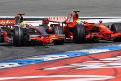 Lewis Hamilton, McLaren MP4-23 Mercedes, dépasse Felipe Massa, Ferrari F2008