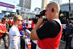 Felix Rosenqvist, Mahindra Racing, parla con una crew TV in griglia
