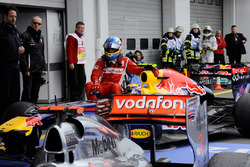 Mark Webber, Red Bull Racing geeft Fernando Alonso, Ferrari een lift