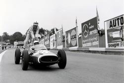 Maurice Trintignant, Cooper T51-Maserati geeft John Surtees, Cooper T53-Climax, een lift