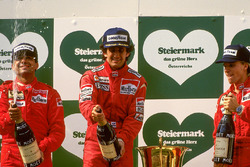 Podio: il vincitore della gara Alain Prost, McLaren il secondo classificato Michele Alboreto, Ferrari, il terzo classificato Stefan Johansson, Ferrari