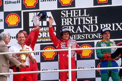 Podio: ganador de la carrera Alain Prost, McLaren, segundo lugar Nigel Mansell, Ferrari, tercer lugar Alessandro Nannini, Benetton con Ron Dennis, McLaren Team líder