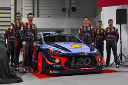 Het Hyundai team, inclusief Thierry Neuville, Andreas Mikkelsen, Dani Sordo, Hayden Paddon