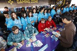 Antonio Felix da Costa, Andretti Formula E Team, Tom Blomqvist, Andretti Formula E Team, Nick Heidfeld, Mahindra Racing, Felix Rosenqvist, Mahindra Racing, firman autógrafos para los fans